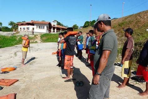 Participantes do curso aprendem a utilizar colete salva-vidas, durante as aulas para a obtenção da carteira